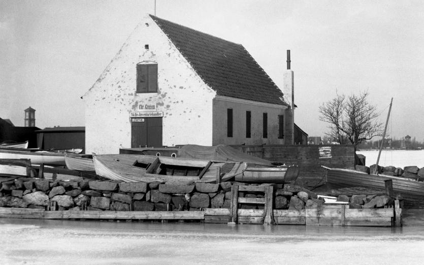 Det såkaldte Greisens Pakhus på Nordre Mole, hvor der var sejlmagerværksted. Foto ca. 1925.